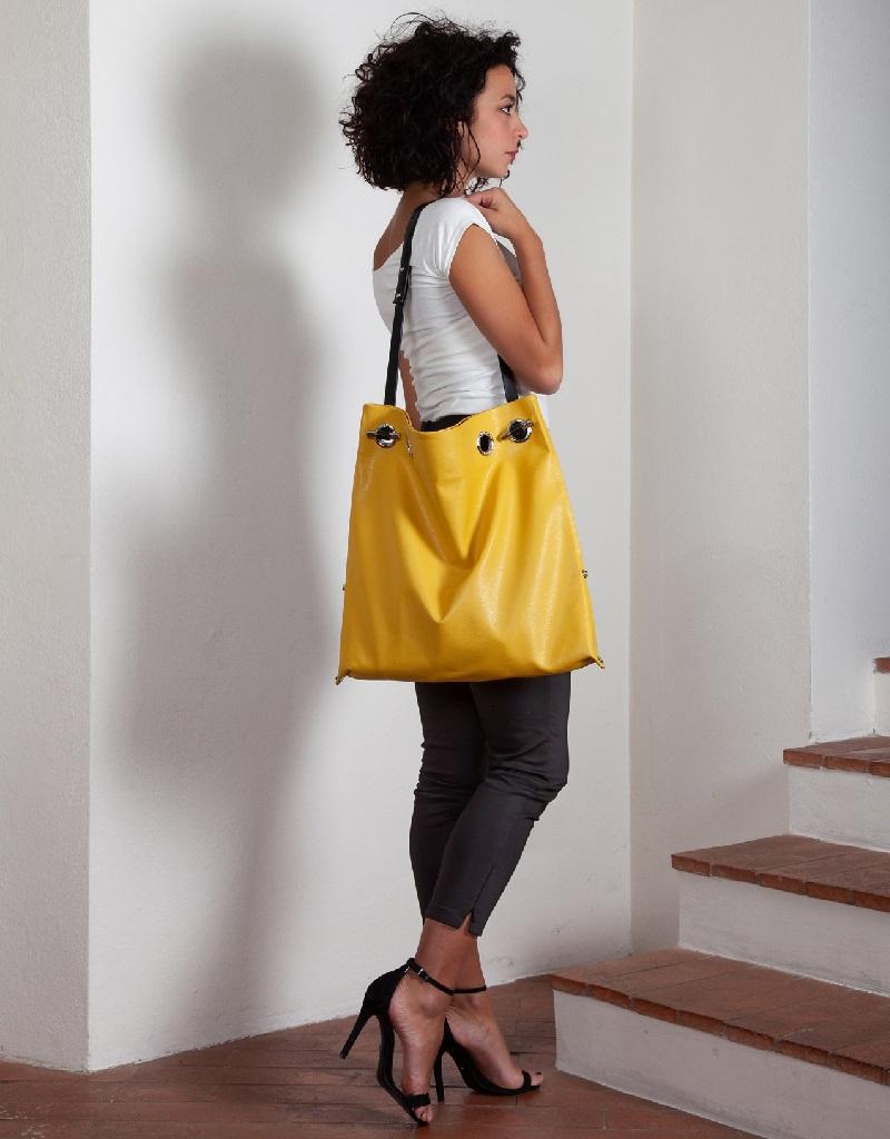 Doriana with shoulder strap - model