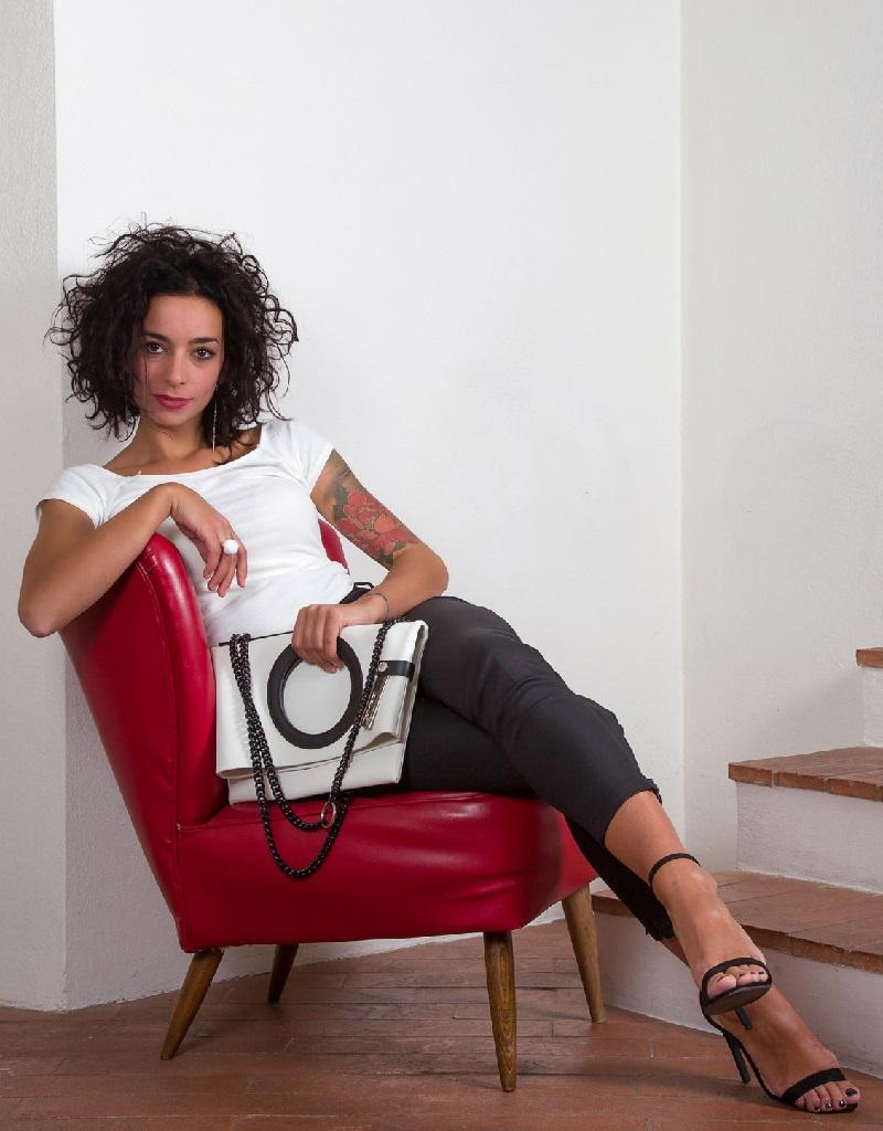 Borsa trasformabile LUCIA N°3 & Catena – in pelle riciclata colore bianco gesso DAMPAÌ, indossata da modello